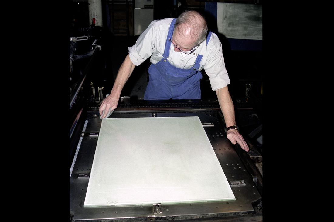 Photo Essuyage des bords avec un chiffon doux pour éviter que le liquide ne coule hors de la plaque