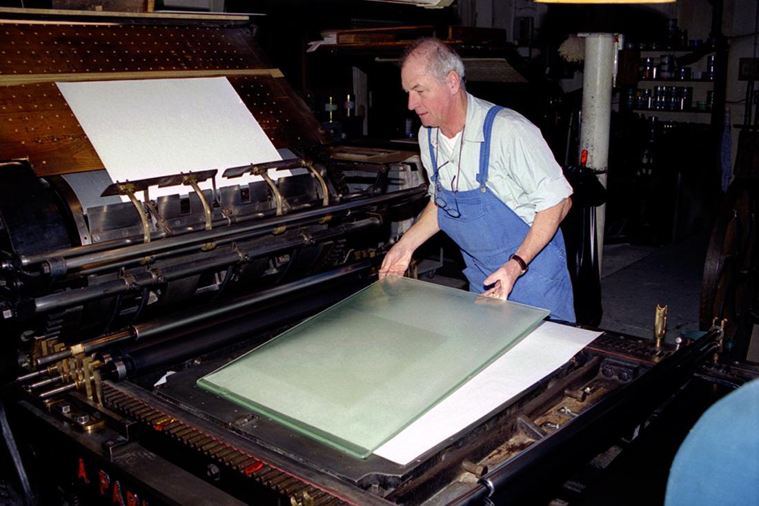 Photo Préparation du tirage. La matrice d'impression est déposée sur le marbre de la presse.