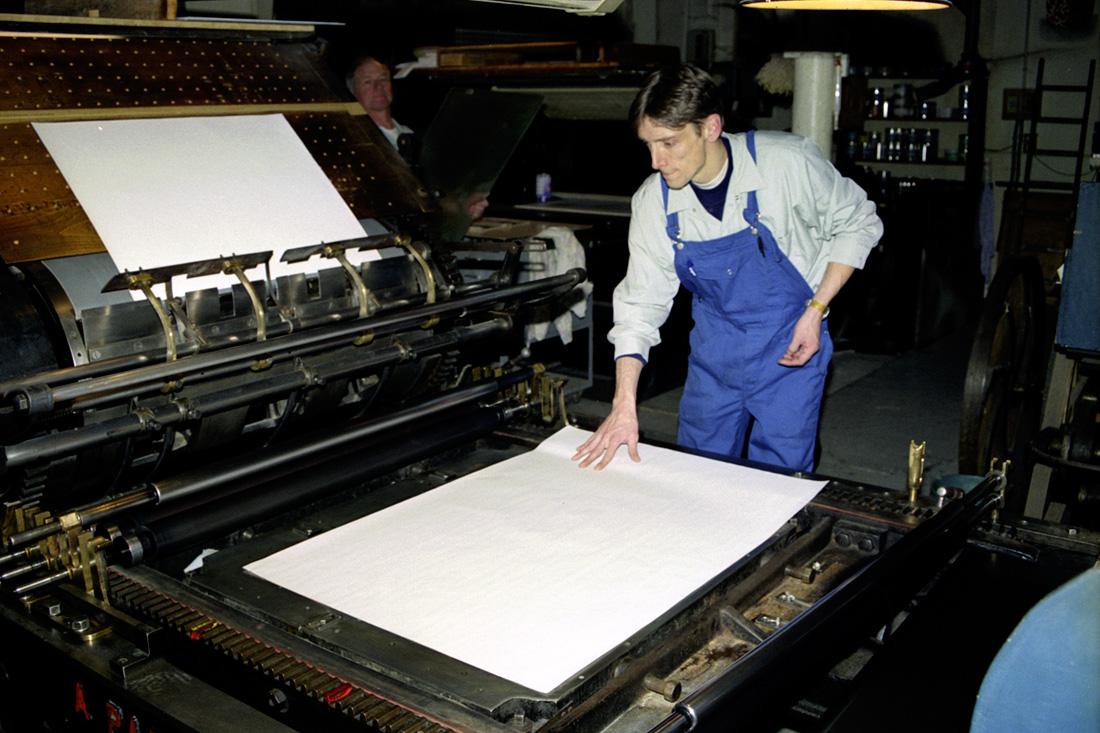 Photo Mise en place d'une feuille de papier sous la vitre pour faciliter le contrôle de l'encrage