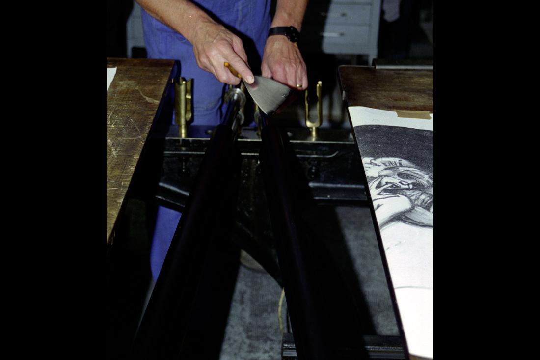 Photo L'encrage s'effectue à la spatule directement sur les rouleaux