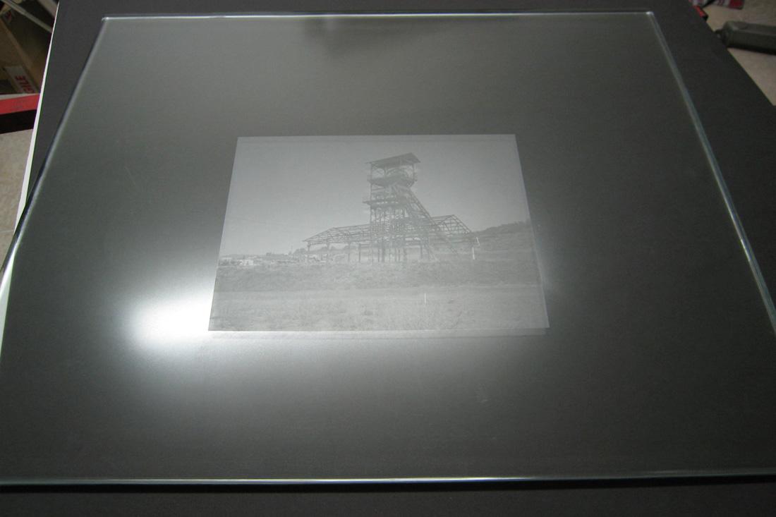 Photo Après avoir épongé la solution de mouillage, la plaque est prête pour le tirage